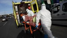 τραυματιοφορείς μεταφέρουν ηλικιωμένο