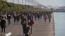 κόσμος στην παραλία της Θεσσαλονίκης