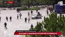 Το τρακαρισμένο όχημα τη στιγμή που έκανε την τρελή κούρσα μέσα σε πλατεία
