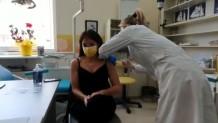 Η Δόμνα Μιχαηλίδου εμβολιάζεται