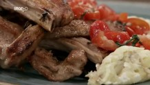 Cook Beef Αρνίσια παϊδάκια µε πουρέ πατάτας και σάλτσα από ντοµατίνια