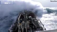 τάνκερ πάλευε με τα κύματα