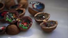 Κινέζος καλλιτέχνης κάνει έργα τέχνης σε καρύδια