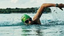 άντρας κολυμπάει