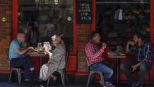 κόσμος σε καφετέρια του Λονδίνου