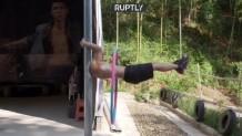 Αθλητής κάνει χούλα χουπ