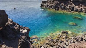 Μια μοναδική και καλά κρυμμένη παραλία στη Σαντορίνη