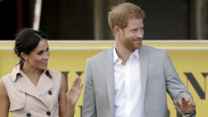Με ροζ φόρεμα στο πλευρό του πρίγκιπα Harry η Μeghan Markle