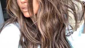 Κοπέλα με πλούσια μαλλιά