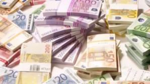 Χαρτονομίσματα ευρώ σε δεσμίδες