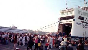Επιβάτες πλοίου στο λιμάνι