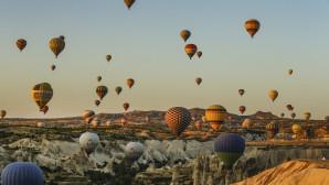 Τα αερόστατα υψώνονται στον ουράνο δημιουργώντας ένα όμορφο Θέαμα