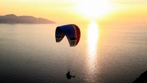 Το αλεξίπτωτο πλαγιάς πετά με φόντο το ηλιοβασίλεμα