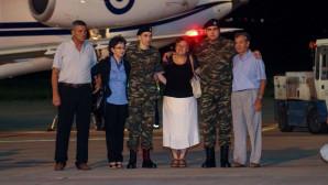 Άφιξη στο αεροδρόμιο των δύο στρατιωτικών