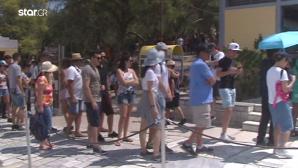 Τουρίστες που περιμένουν στην Ακρόπολη