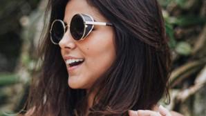 Κοπέλα με γυαλιά