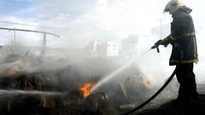 Πυροσβέστης σβήνει φωτιά