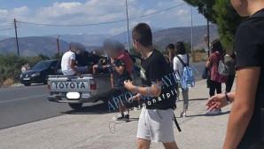 Μαθητές σε αγροτικό αυτοκίνητο