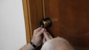 Κλειδαράς προσπαθεί να ανοίξει πόρτα σπιτιού