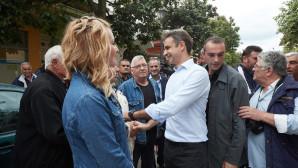 Κυριάκος Μητσοτάκης με πολίτες στην Κορινθία