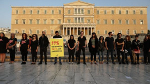 Πορεία στο κέντρο της Αθήνας φορώντας μαύρα κατά της εμπορίας ανθρώπων