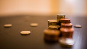 Κέρματα του ευρώ σε τραπέζι