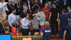O Στέφανος Τσιτσιπάς αγκαλιάζει τη μητέρα του