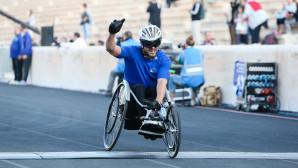 Άνδρας σε αναπηρικό καροτσάκι τερματίζει στα 5 χιλιόμετρα