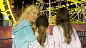 Η Ελένη Μενεγάκη με τις κόρες της