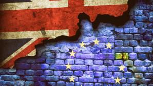 Τοίχος με σημαίες Βρετανίας και ΕΕ