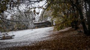 Καταφύγιο στη χιονισμένη λίμνη Πλαστήρα