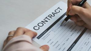 Υπογράφοντας συμβόλαιο