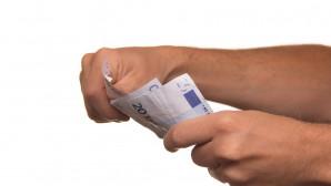 Χέρι κρατά χρήματα
