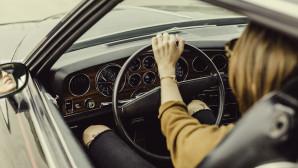 Γυναίκα οδηγεί παλαιό αμάξι