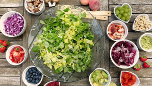 Φρούτα και λαχανικά στο τραπέζι