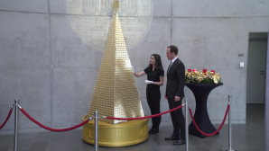 Το χρυσό χριστουγεννιάτικο δέντρο στο Μόναχο από νομίσματα