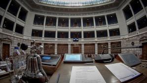 Άδεια αίθουσα της Βουλής - Προεδρείο