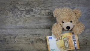 Λούτρινο αρκουδάκι κρατά ένα 50ευρο