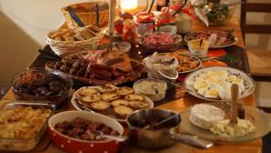 Χριστουγεννιάτικο τραπέζι γεμάτο με πολλά φαγητά