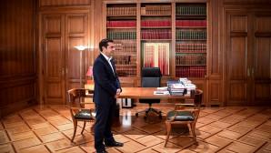 Ο Αλέξης Τσίπρας στο γραφείο του στο Μέγαρο Μαξίμου