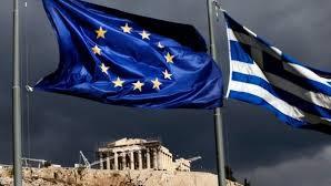 Ελληνική σημαία και σημαία ΕΕ μαύρα σύννεφα Ακρόπολη