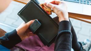 Πορτοφόλι με πιστωτική κάρτα και υπολογιστής