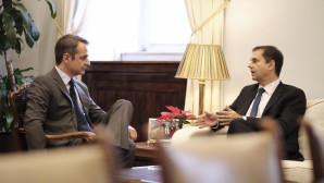 O Κυριάκος Μητσοτάκης και ο Χάρης Θεοχάρης στο γραφείο του προέδρου της ΝΔ