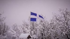 Η ελληνική σημαία σε χιονισμένο τοπίο στην Καλαμπάκα