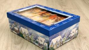 Χαρτονομίσματα των 50 ευρώ σε χριστουγεννιάτικο κουτί