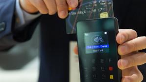 Άνδρας πληρώνει με κάρτα μέσω POS