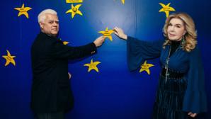 Η Μαριάννα Βαρδινογιάννη και ο Ισίδωρος Κανέτης τοποθετούν το Αστέρι