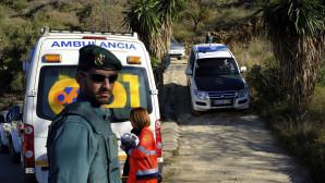 Ασθενοφόρα και διασώστες στο σημείο που έγινε το ατύχημα