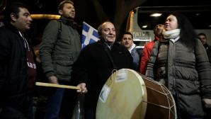 Διαδηλωτές από τη Θεσσαλονίκη επιβιβάζονται με νταούλια στα πούλμαν