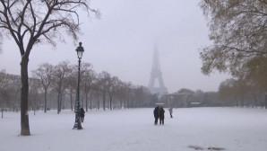 Ντύθηκε στα λευκά το Παρίσι